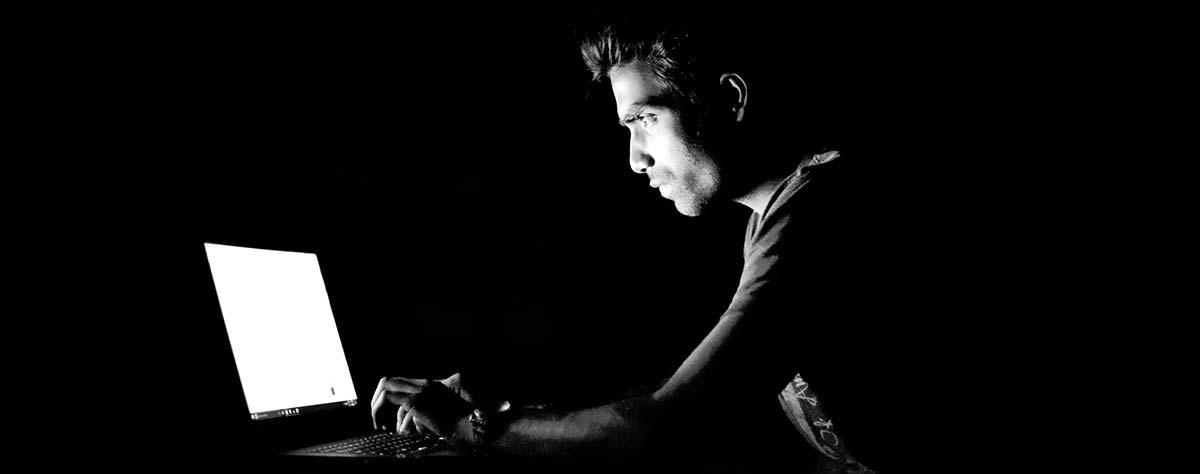 Un hacker atacando un sistema pérdida de datos